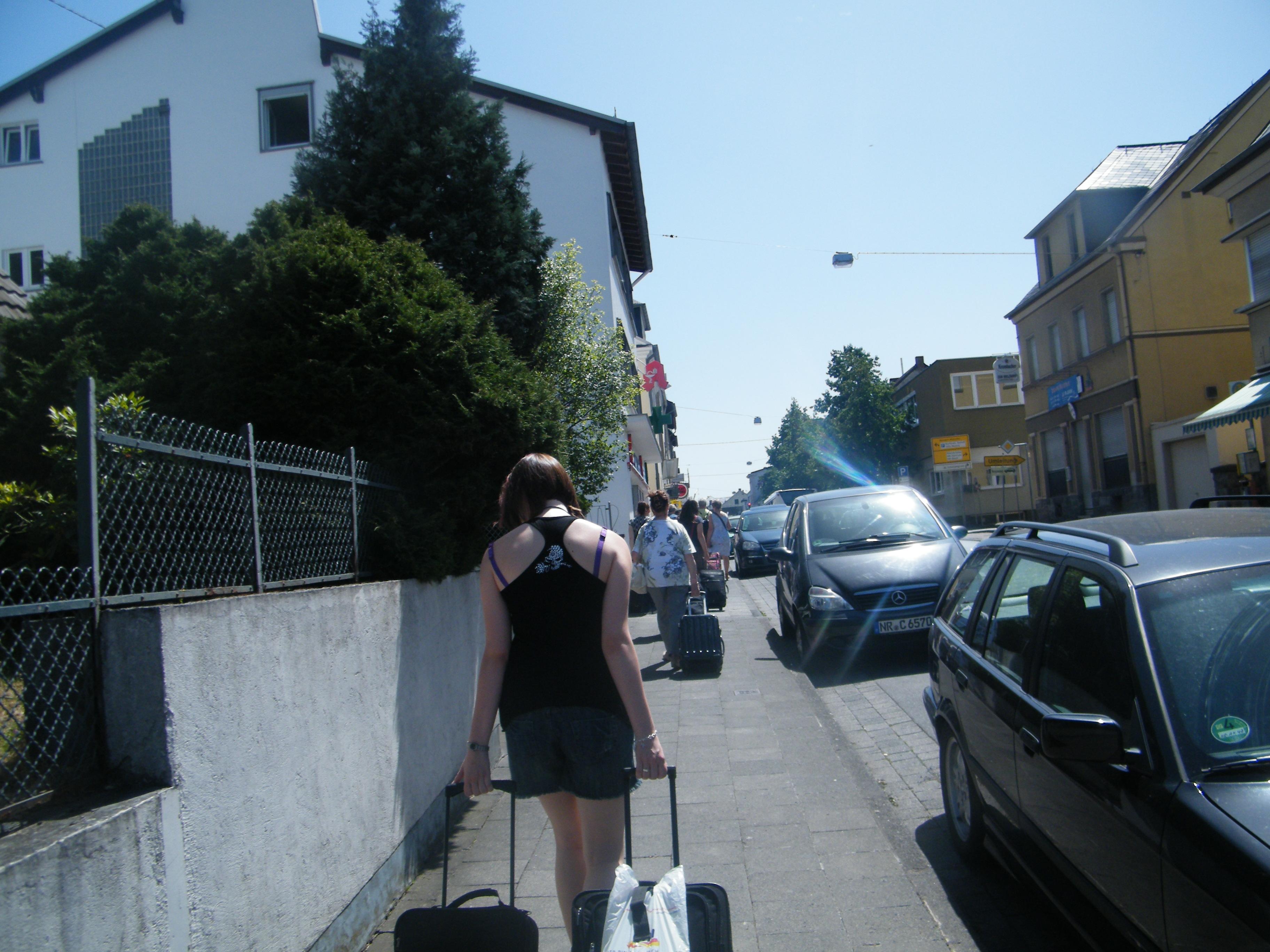 Weg zur Landesmusikakademie mit Koffern